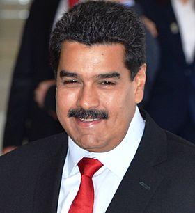 رشق رئيس فنزويلا بالبيض والحجارة أثناء عرض عسكري
