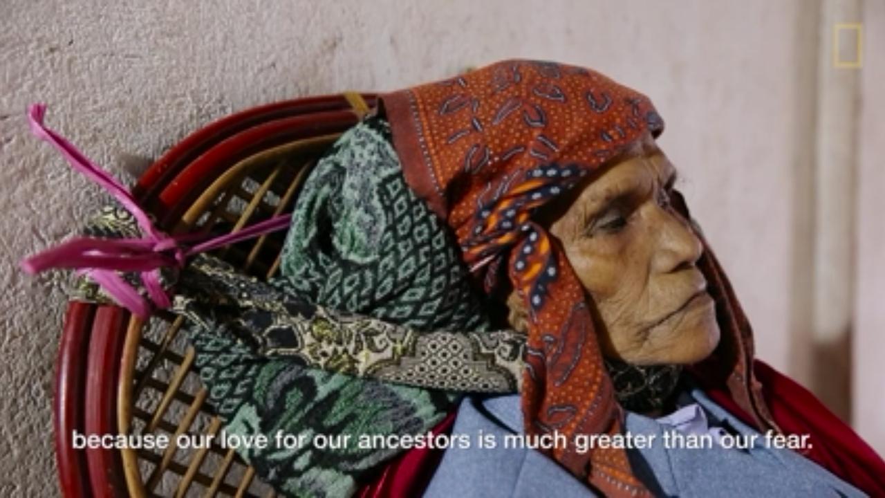 بالصور ...قرية بأندونسيا يحتفظ أهلها بجثث الميتين في المنازل لسنين طويلة ويقدمون لهم الطعام والشراب