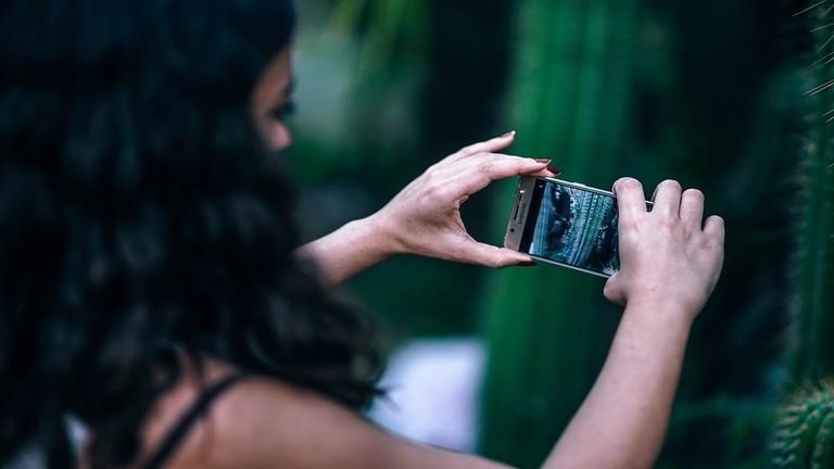 تطبيق ذكي يساعدك في إزالة الأشخاص غير المرغوب فيهم من صورك