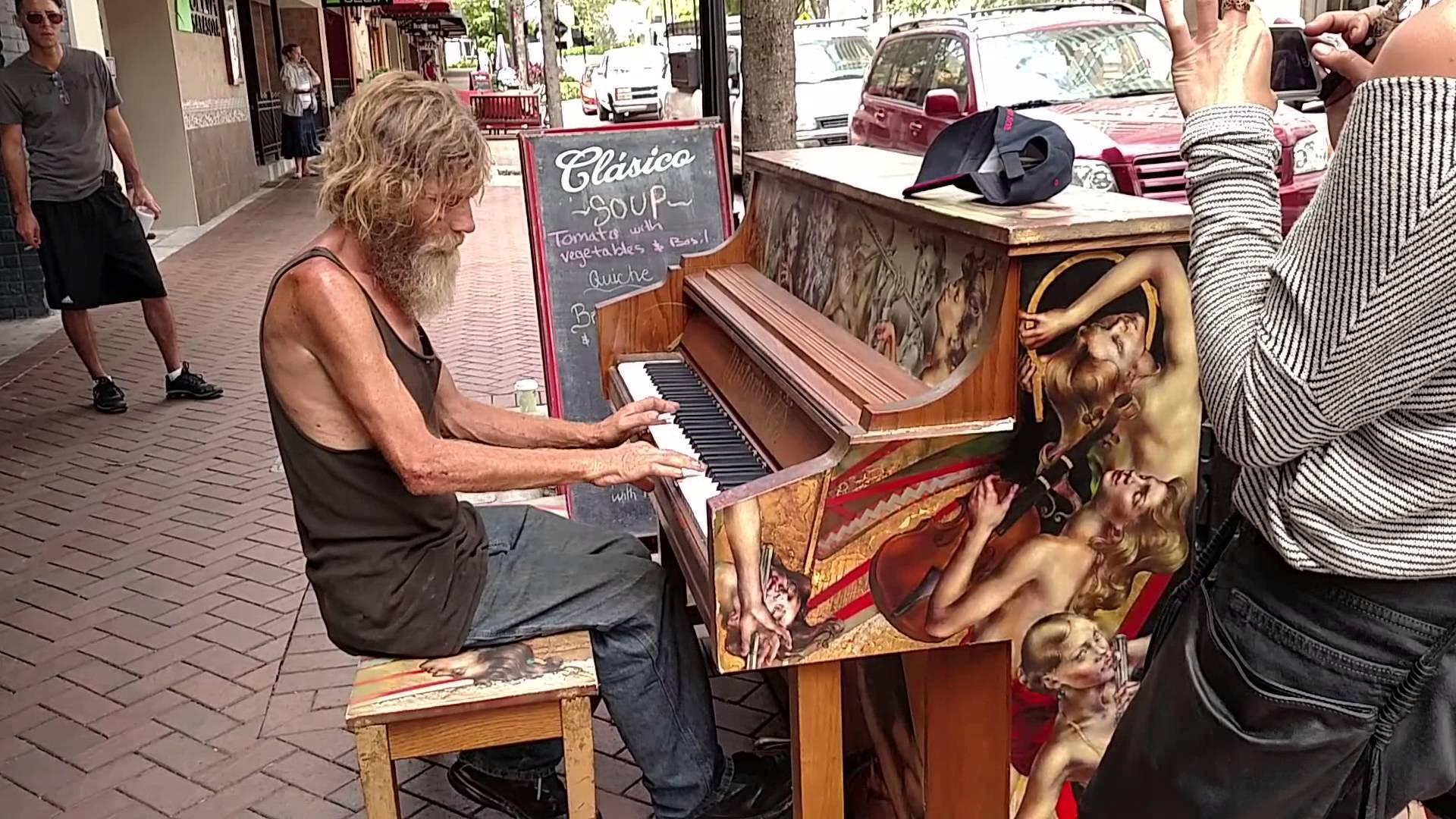 مشرد يعزف البيانو بشكل رائع بأحد شوارع فلوريدا بأمريكا